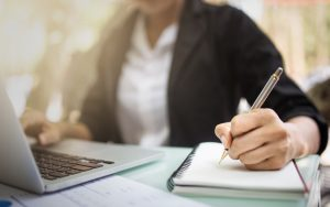 Femme avec ordinateur et document